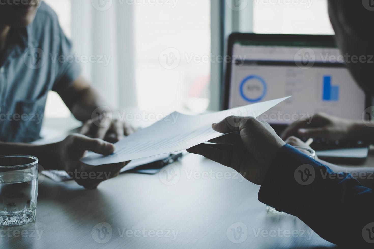 duas pessoas olhando um documento foto
