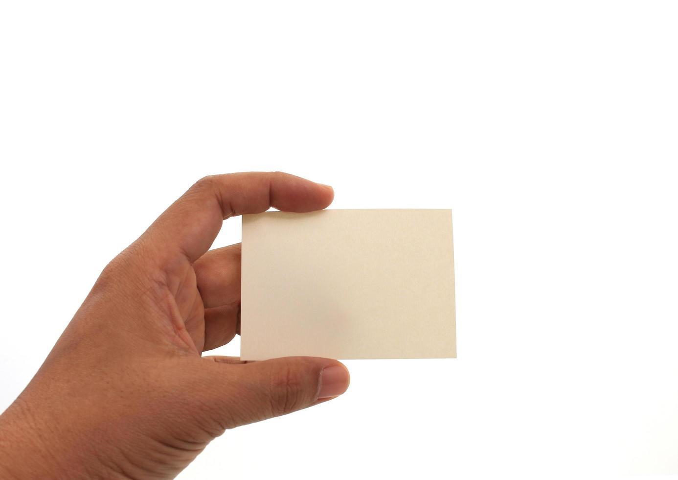mão segurando um cartão de visita em branco foto