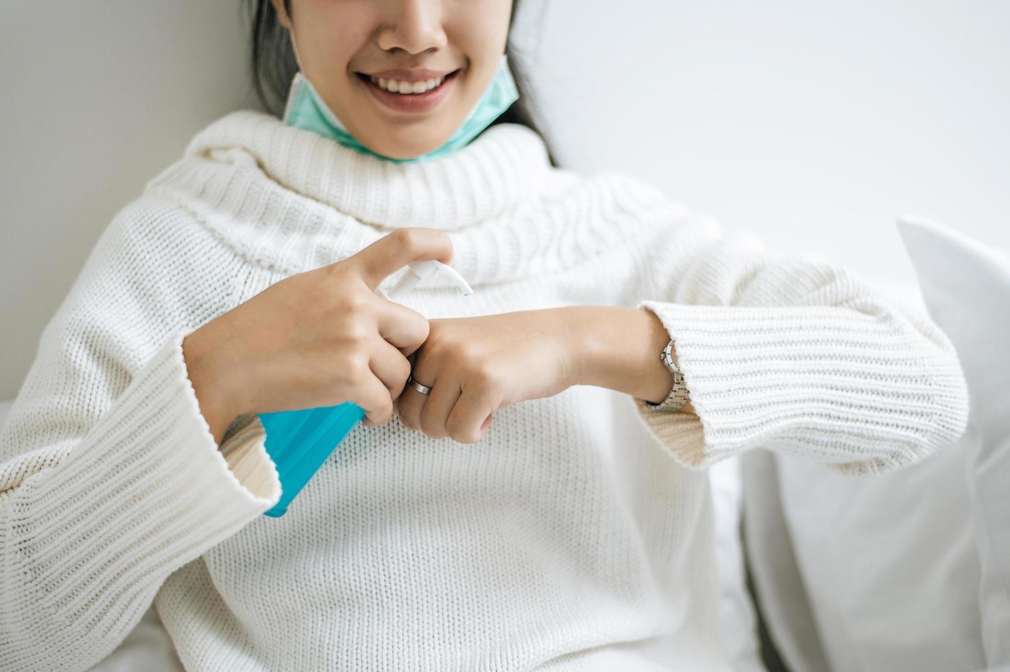 jovem usando gel para lavar as mãos foto