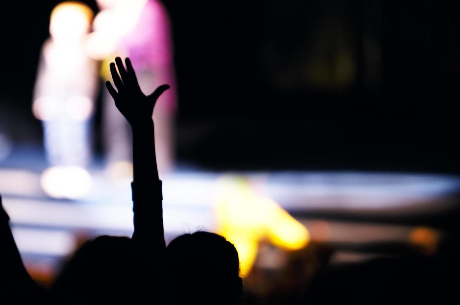 torcedor na platéia levantando a mão foto
