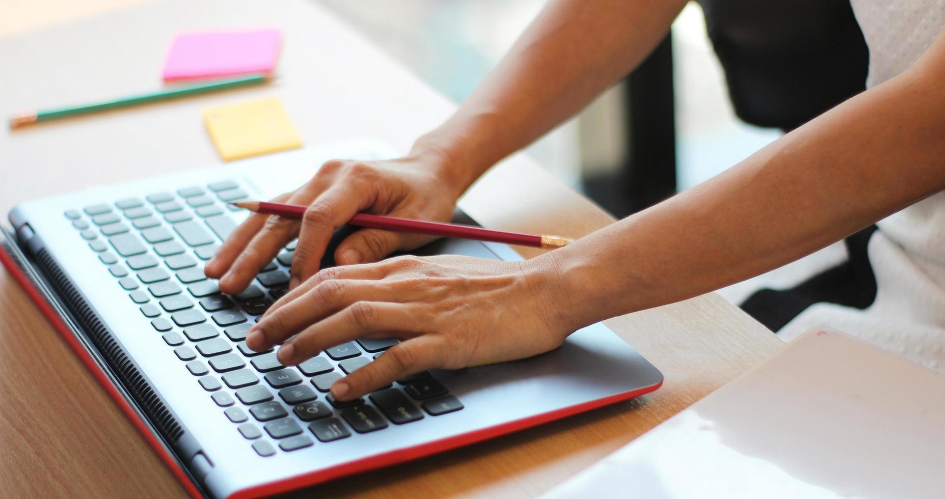 pessoa digitando em um computador Foto de banco de imagens