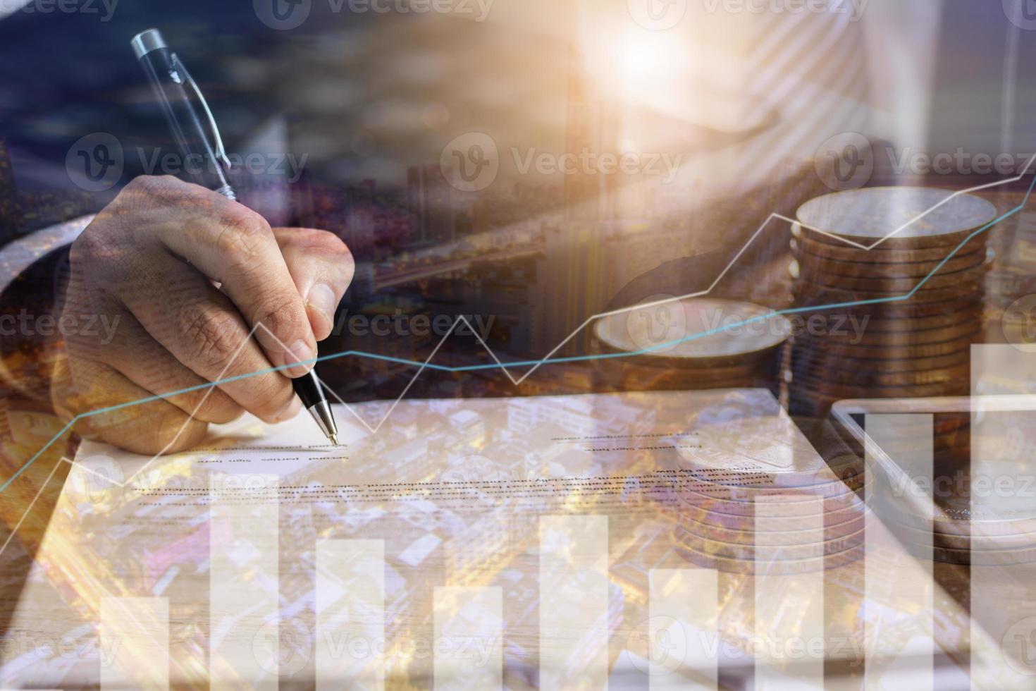 pessoa escrevendo em um pedaço de papel com uma sobreposição de gráfico foto