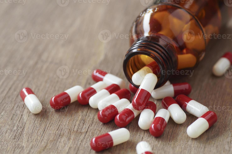 cápsulas vermelhas em uma mesa foto