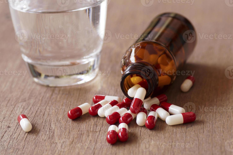 cápsulas vermelhas e brancas foto
