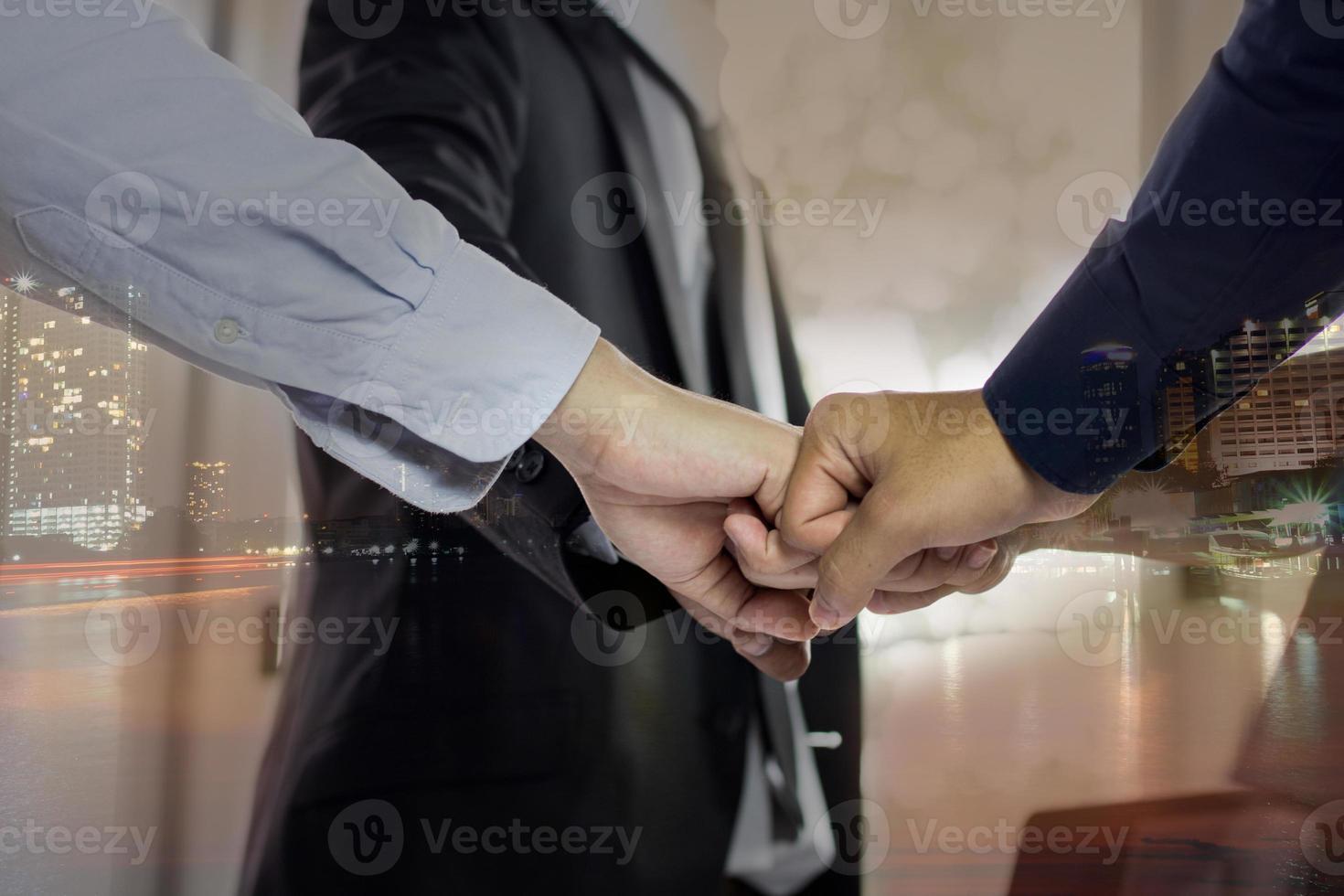 pessoas batendo os nós dos dedos foto