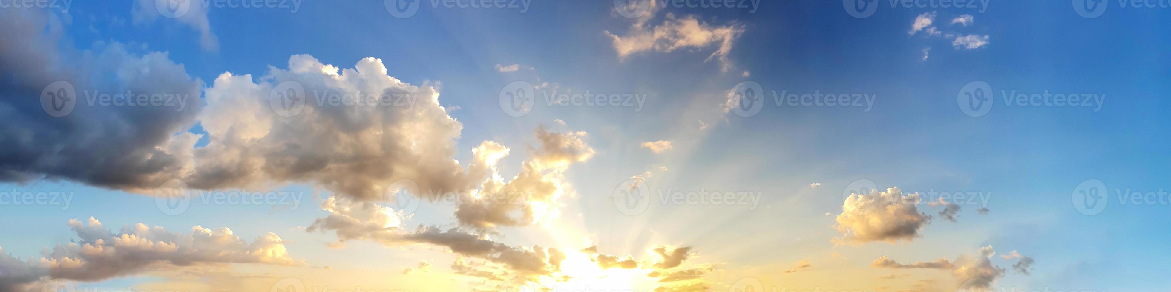 o céu ao pôr do sol foto