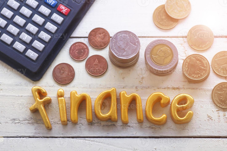 palavra finanças na mesa de madeira com moedas foto