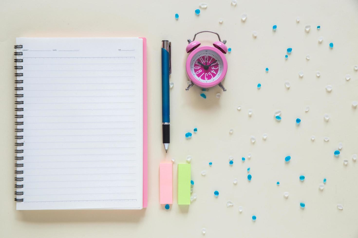 vista superior do caderno de papel em branco na área de trabalho foto