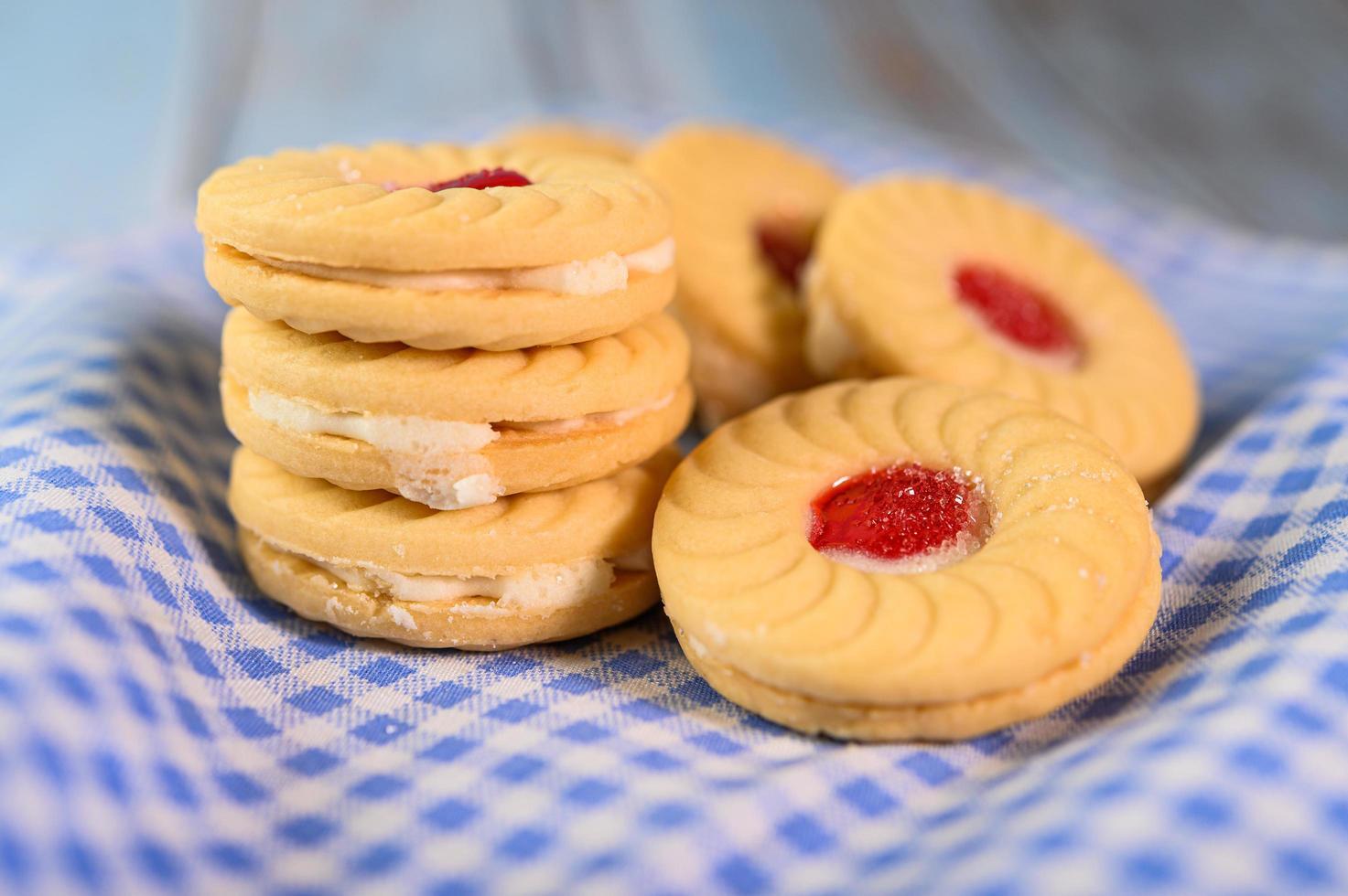 biscoito recheado com creme de morango foto