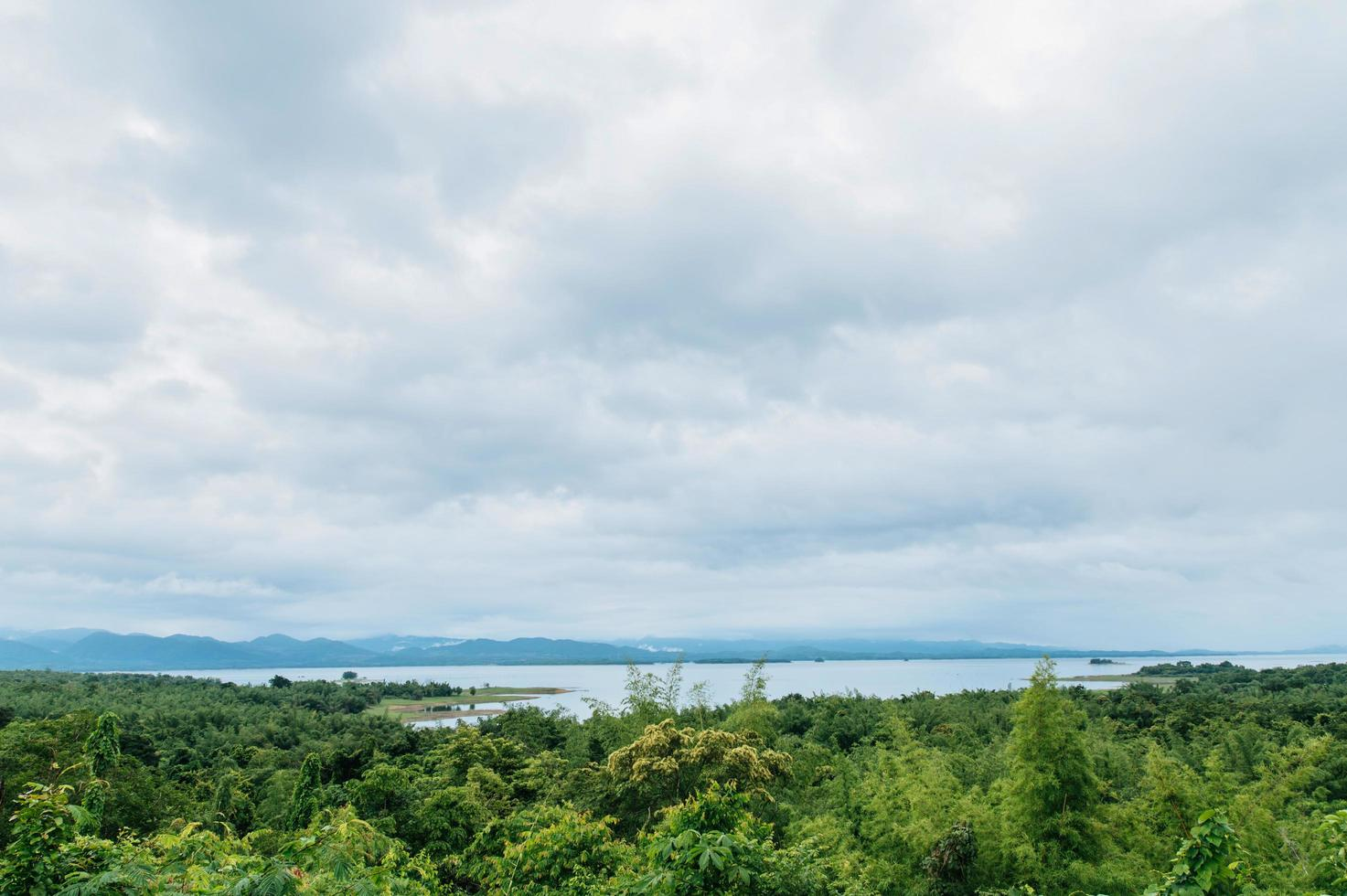 o mar, o céu e a floresta exuberante na Tailândia foto