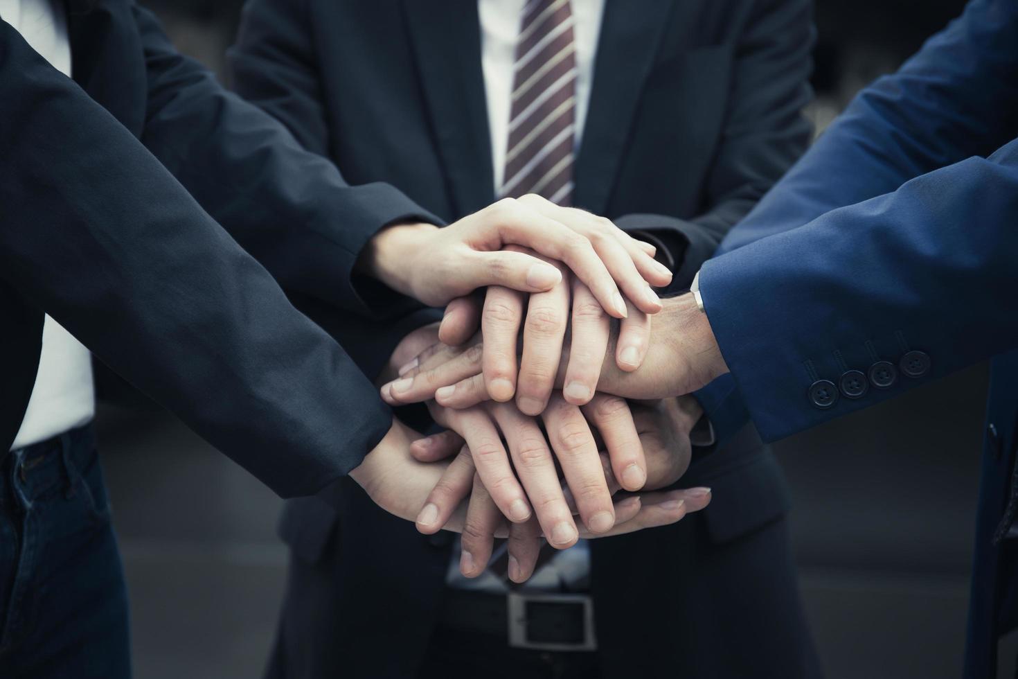 grupo de parceiros de negócios com as mãos juntas foto