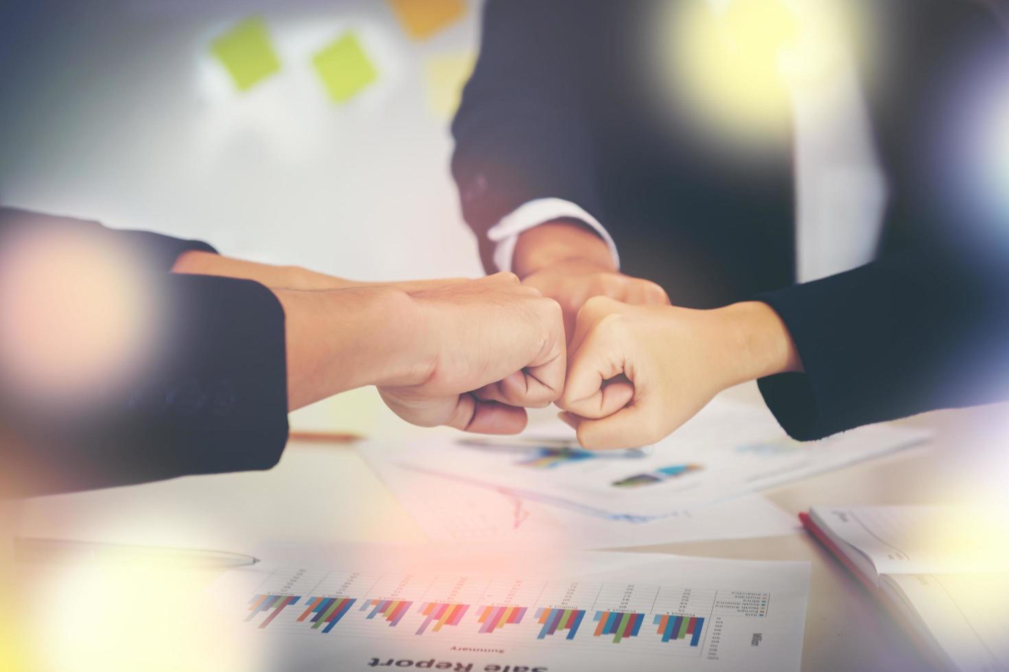 empresários mostrando soco após conhecer a parceria foto