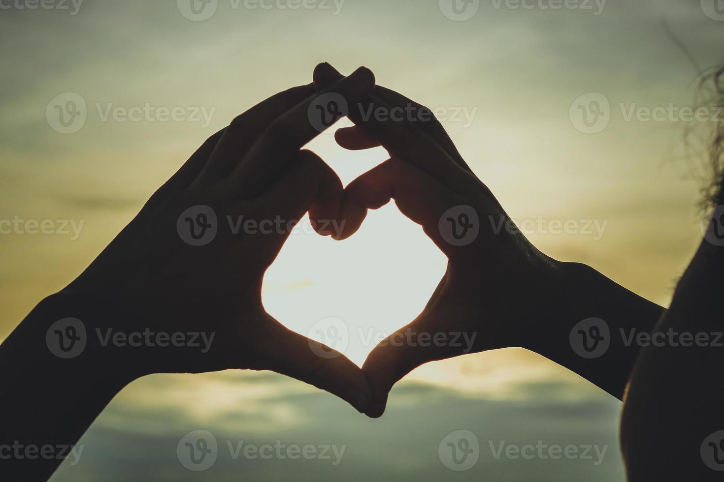 silhueta de mão em forma de coração foto