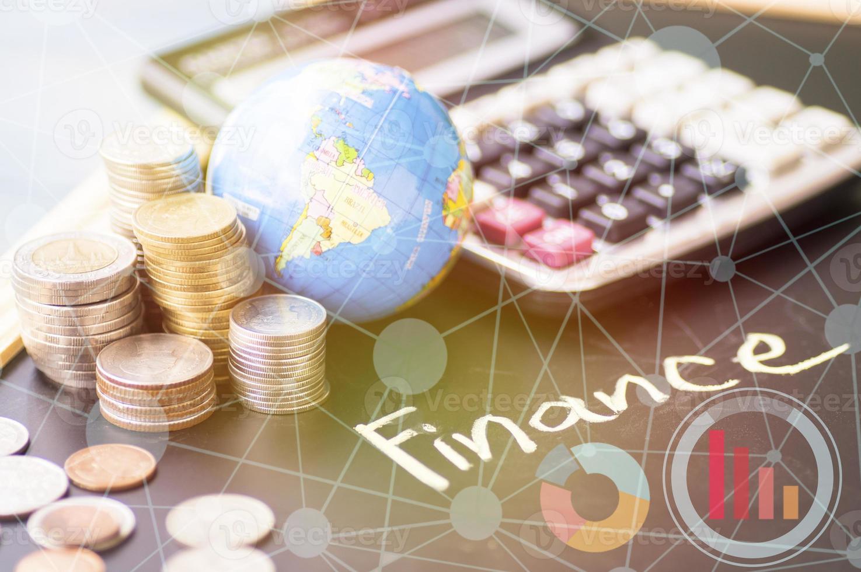 palavra finanças no quadro-negro foto