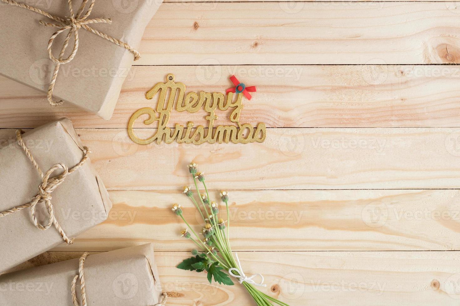 fundo de madeira de feliz natal com presentes e espaço de cópia foto
