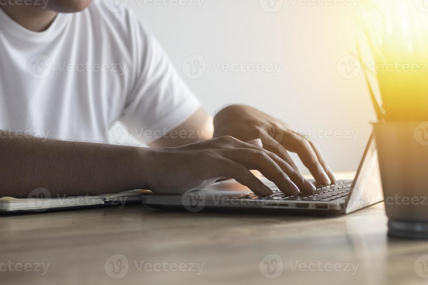 digitando em um computador em uma mesa foto