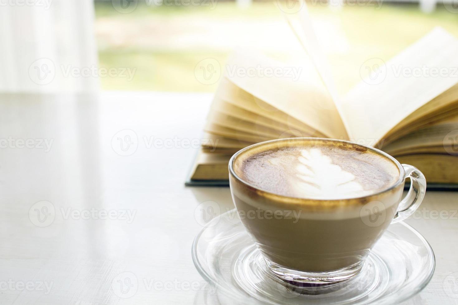 café com leite com cena ensolarada e livro foto