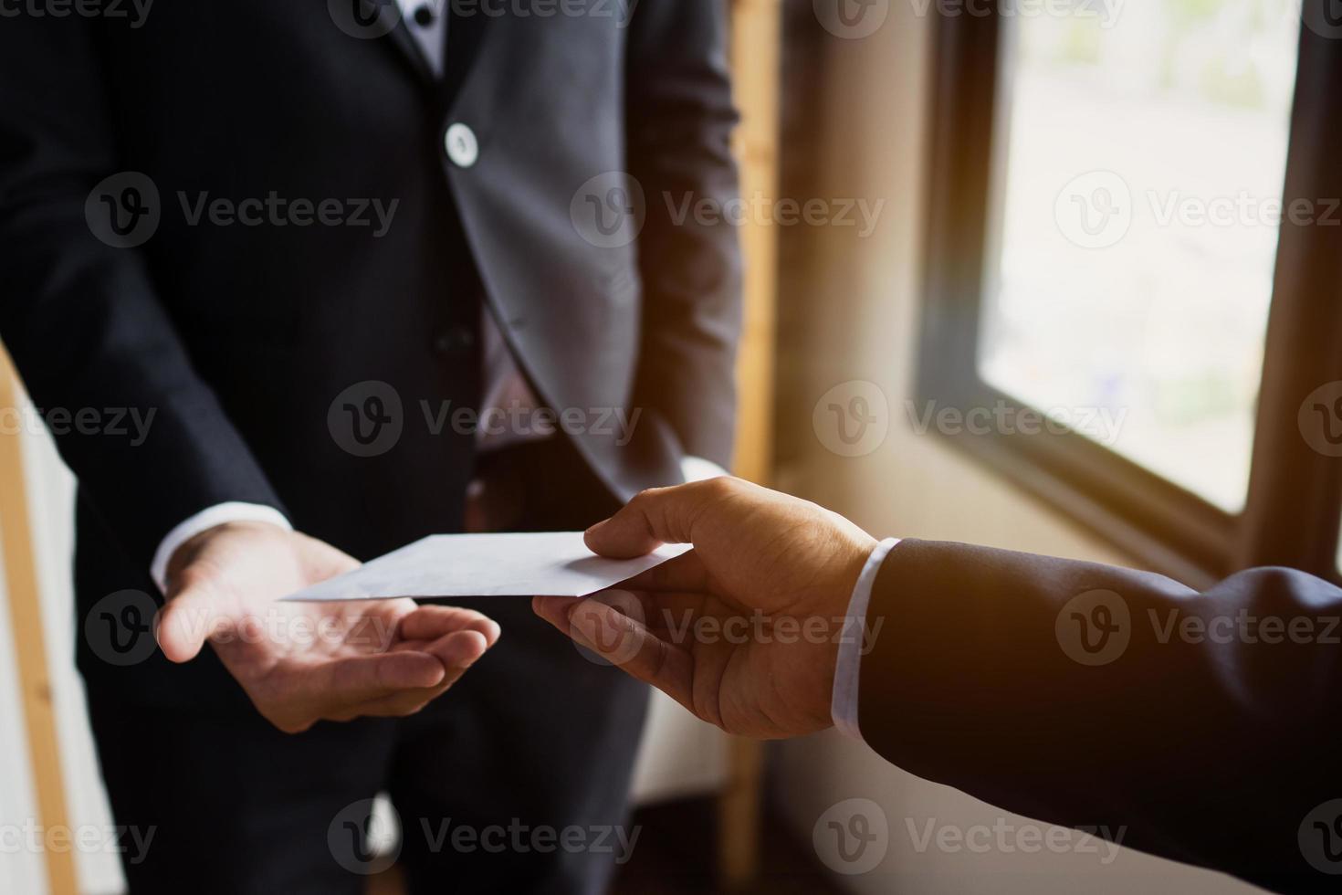 pessoa recebendo um envelope foto