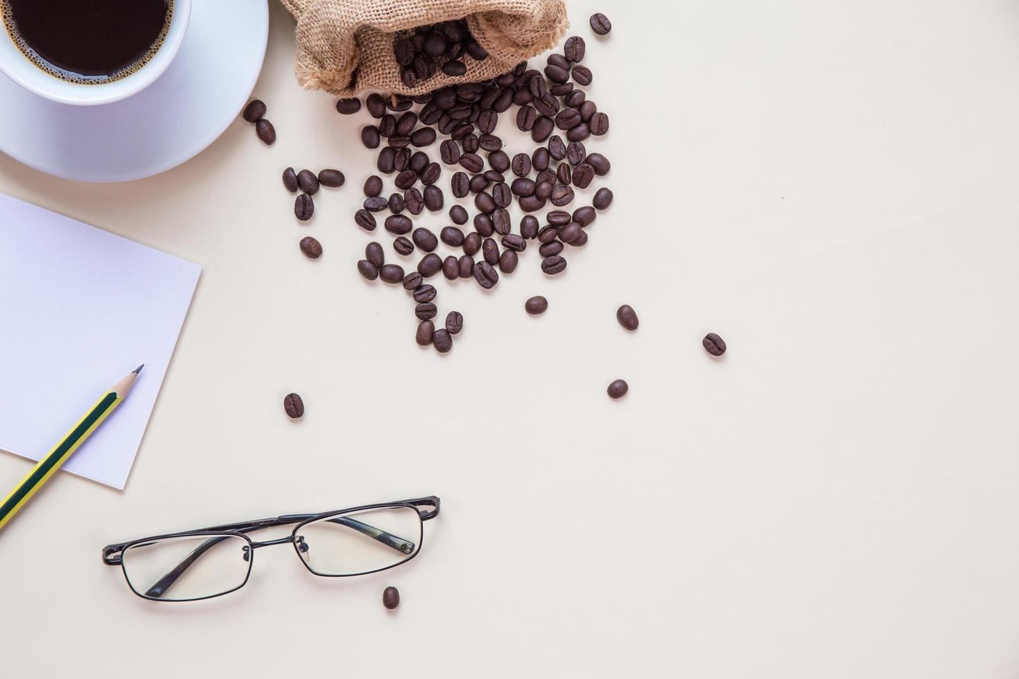 vista superior da xícara de café e grãos de café foto