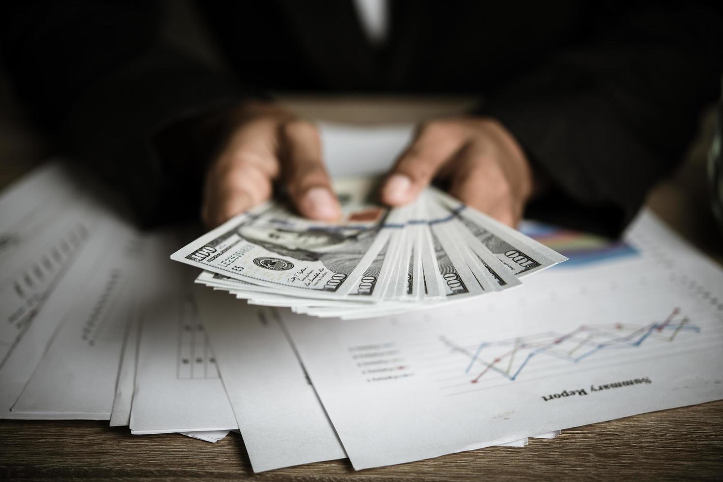 mãos de empresária segurando dinheiro foto