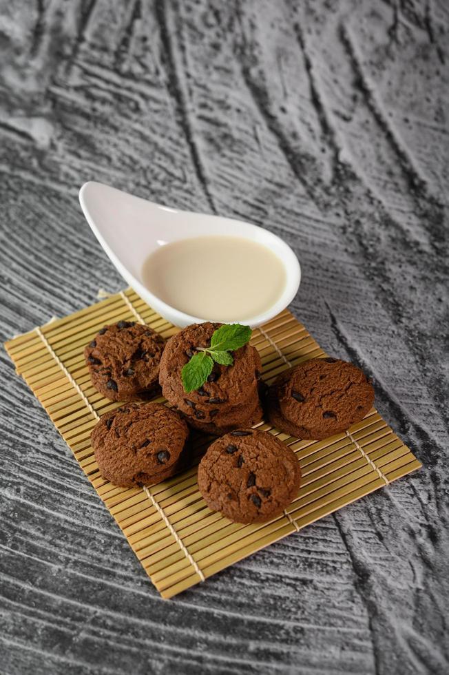 biscoitos e uma colher de leite foto