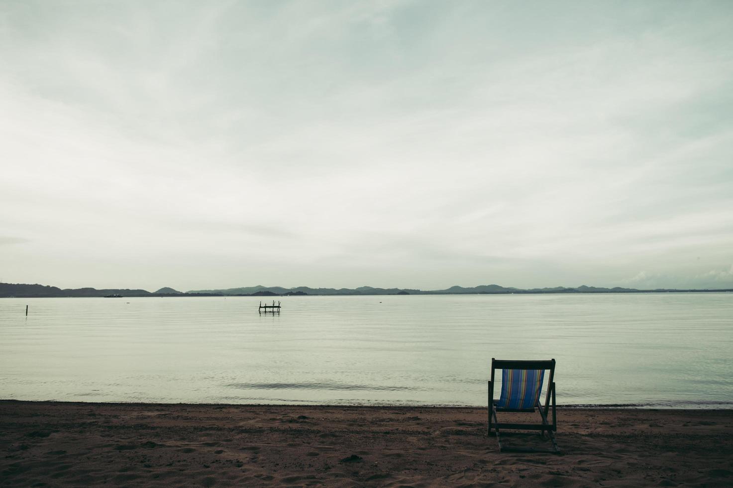 mar com resort cadeiras de praia foto