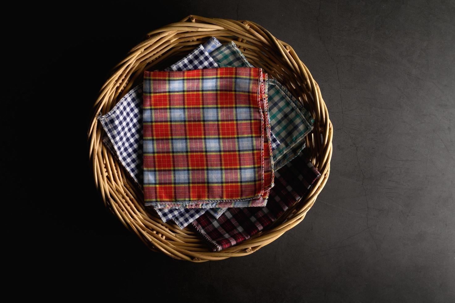 lenços colocados em uma cesta de madeira foto