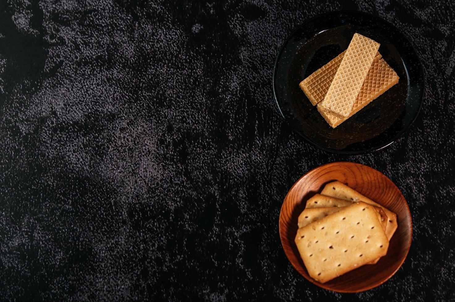 biscoitos em um fundo escuro foto