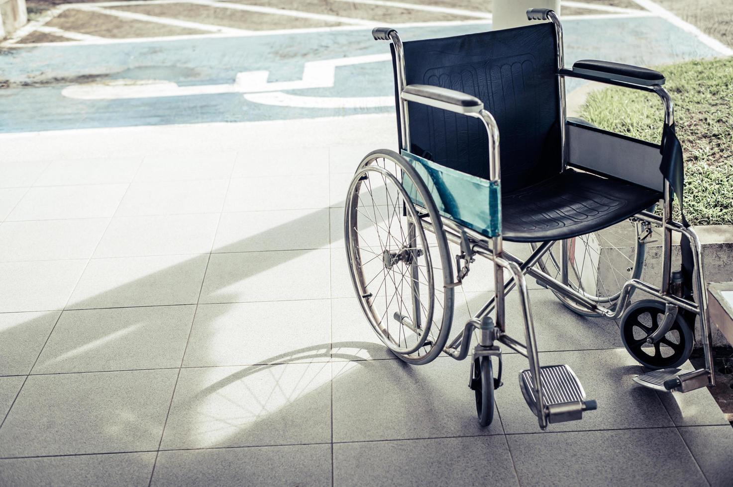 paciente cadeira de rodas estacionada em frente ao hospital foto