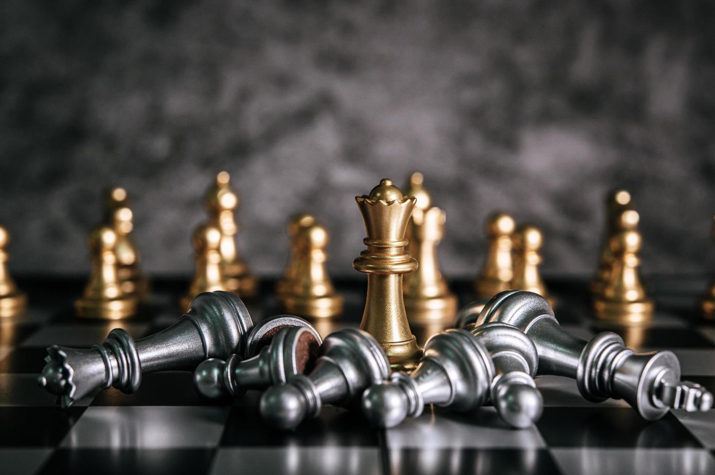 peças de tabuleiro de xadrez de ouro e prata foto