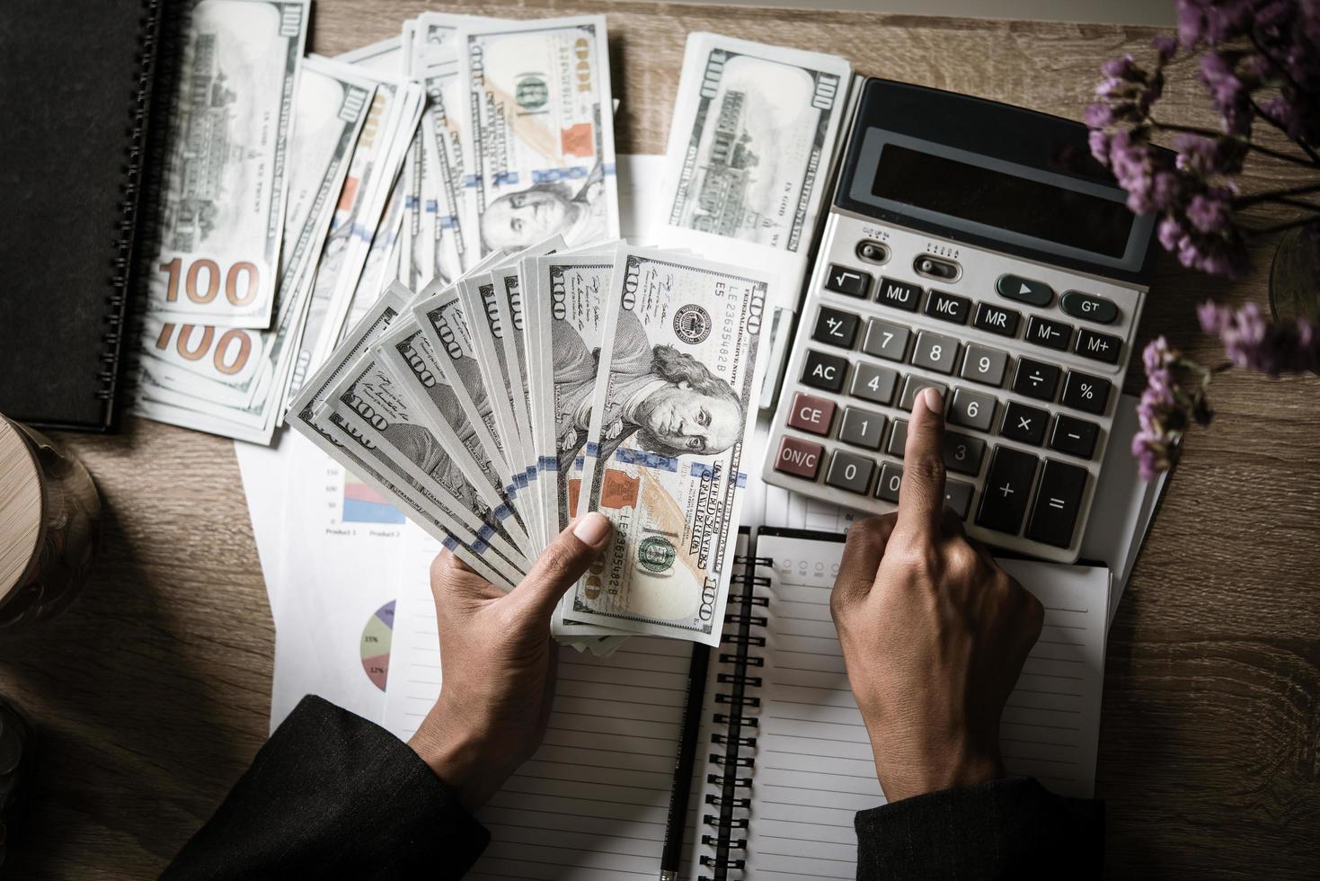 empresário calcula o crescimento financeiro e o investimento foto