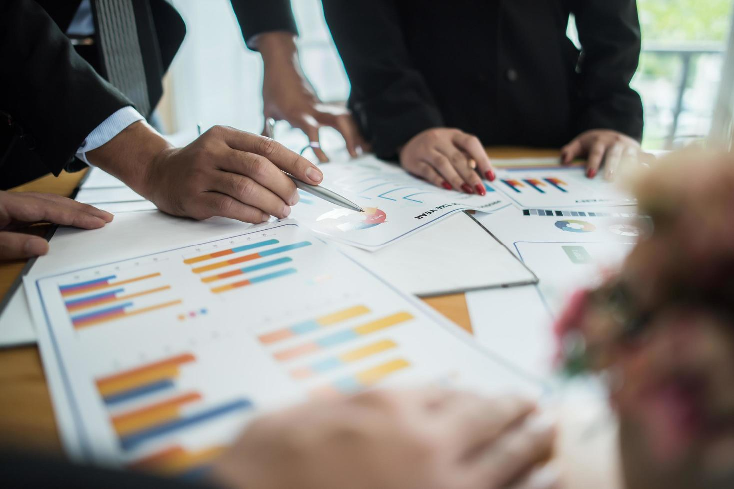 close-up de empresários trabalhando com documentos durante uma reunião foto