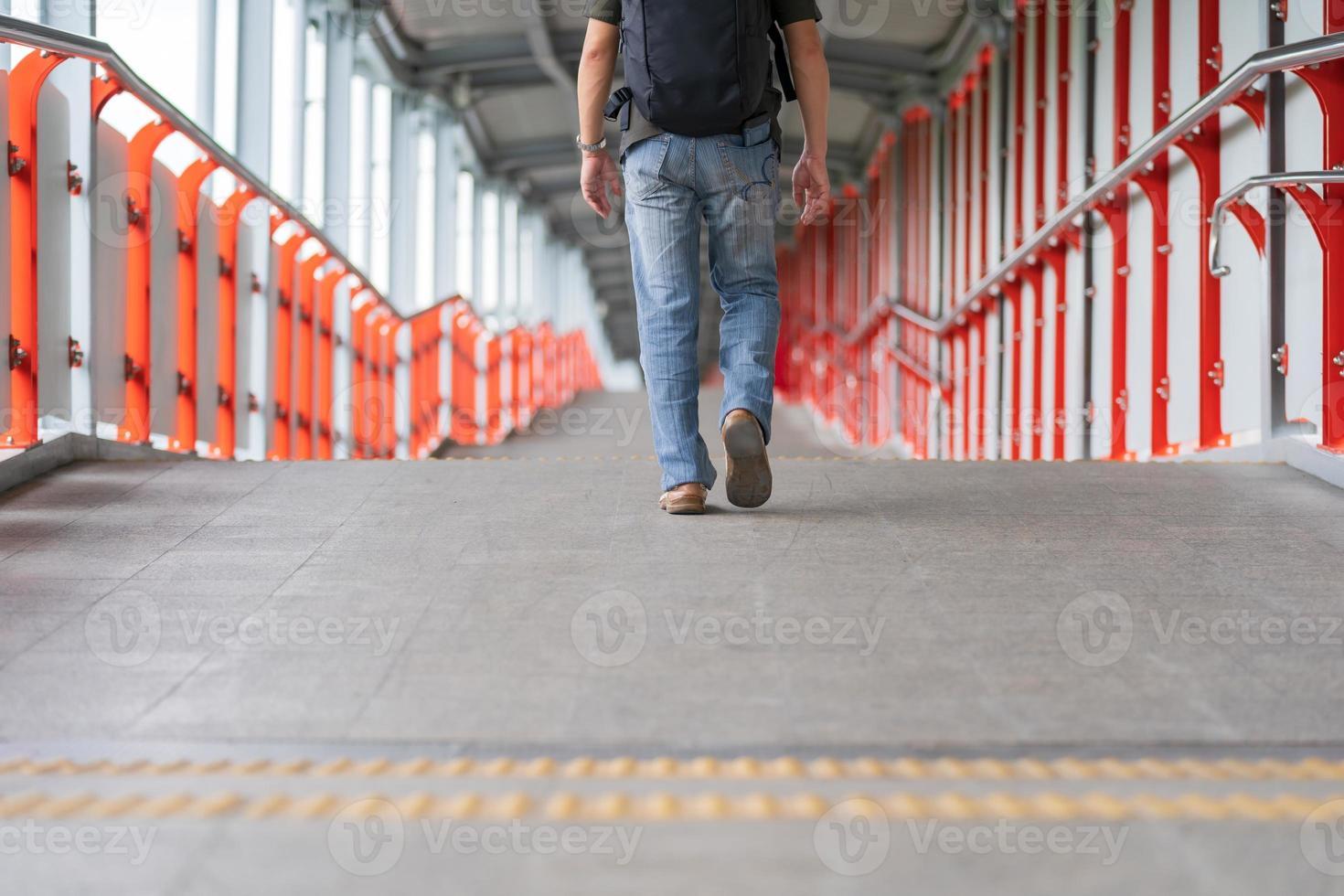 homem andando na cidade foto