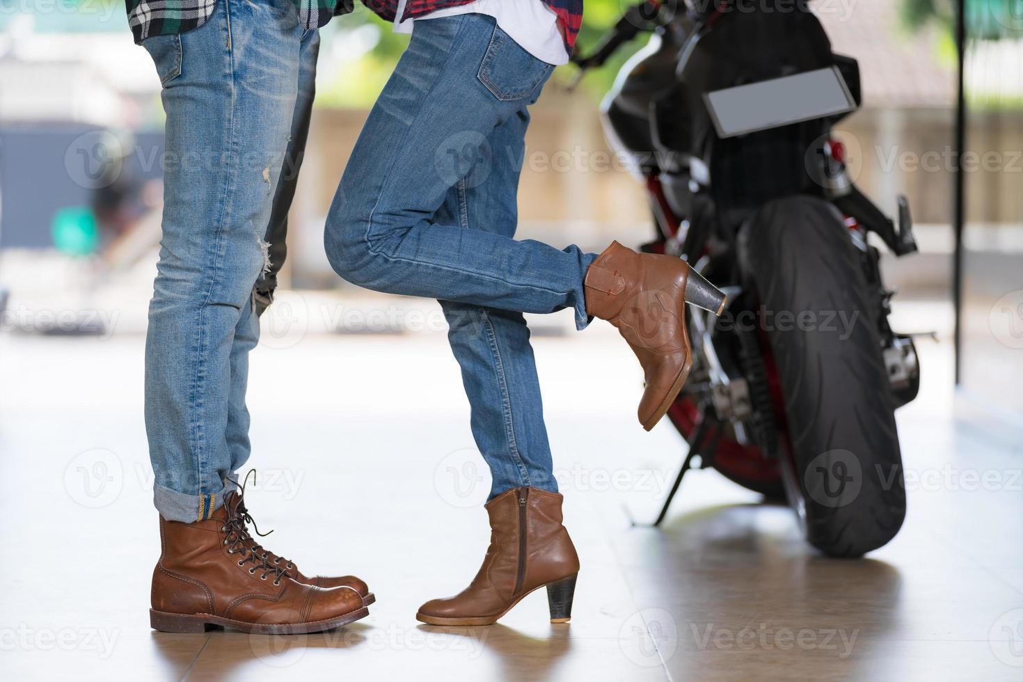 casal se beijando perto de motocicleta foto