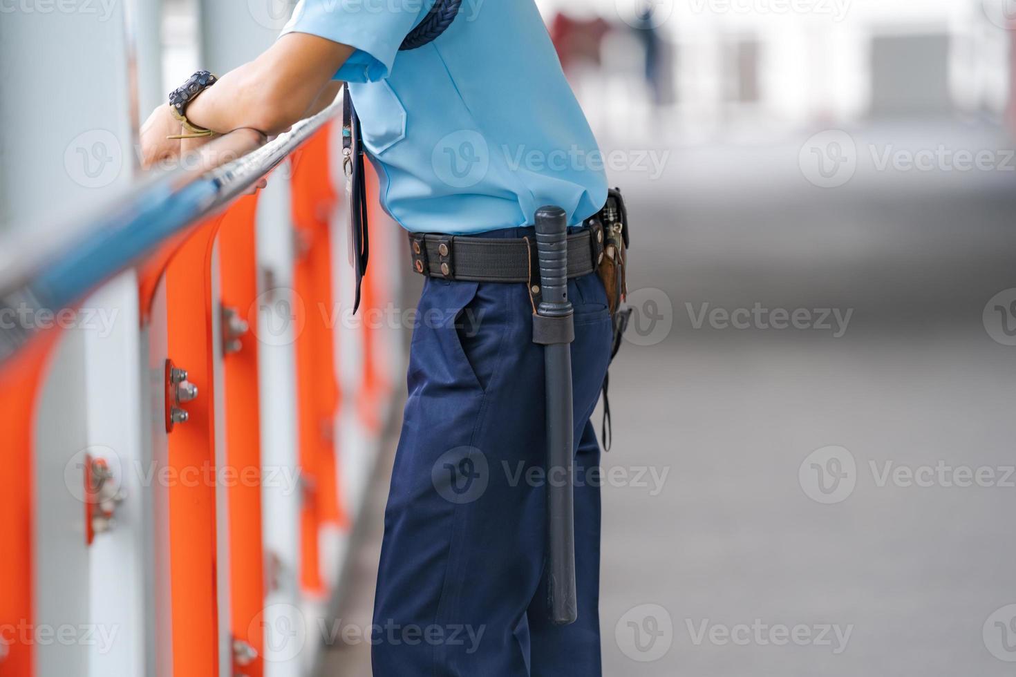 segurança apoiado no corrimão foto