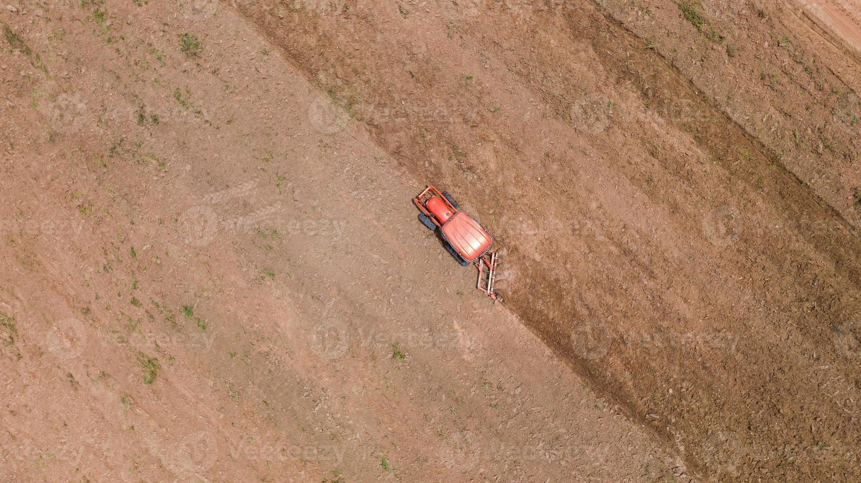 trator agrícola em um campo de terra foto
