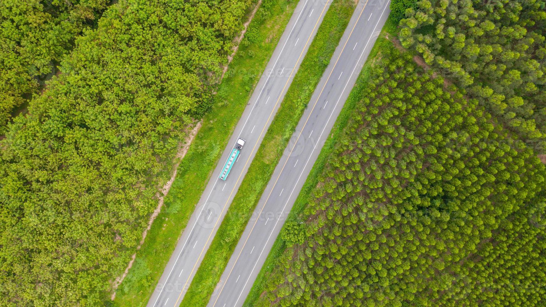 vista aérea de um caminhão em uma estrada foto