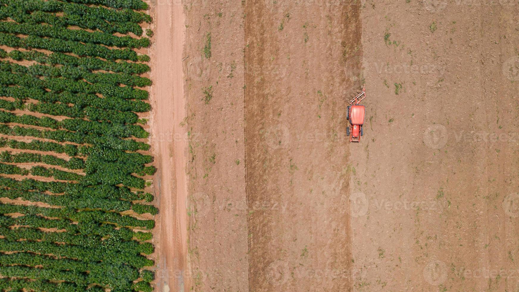 vista superior do trator agrícola em um campo foto