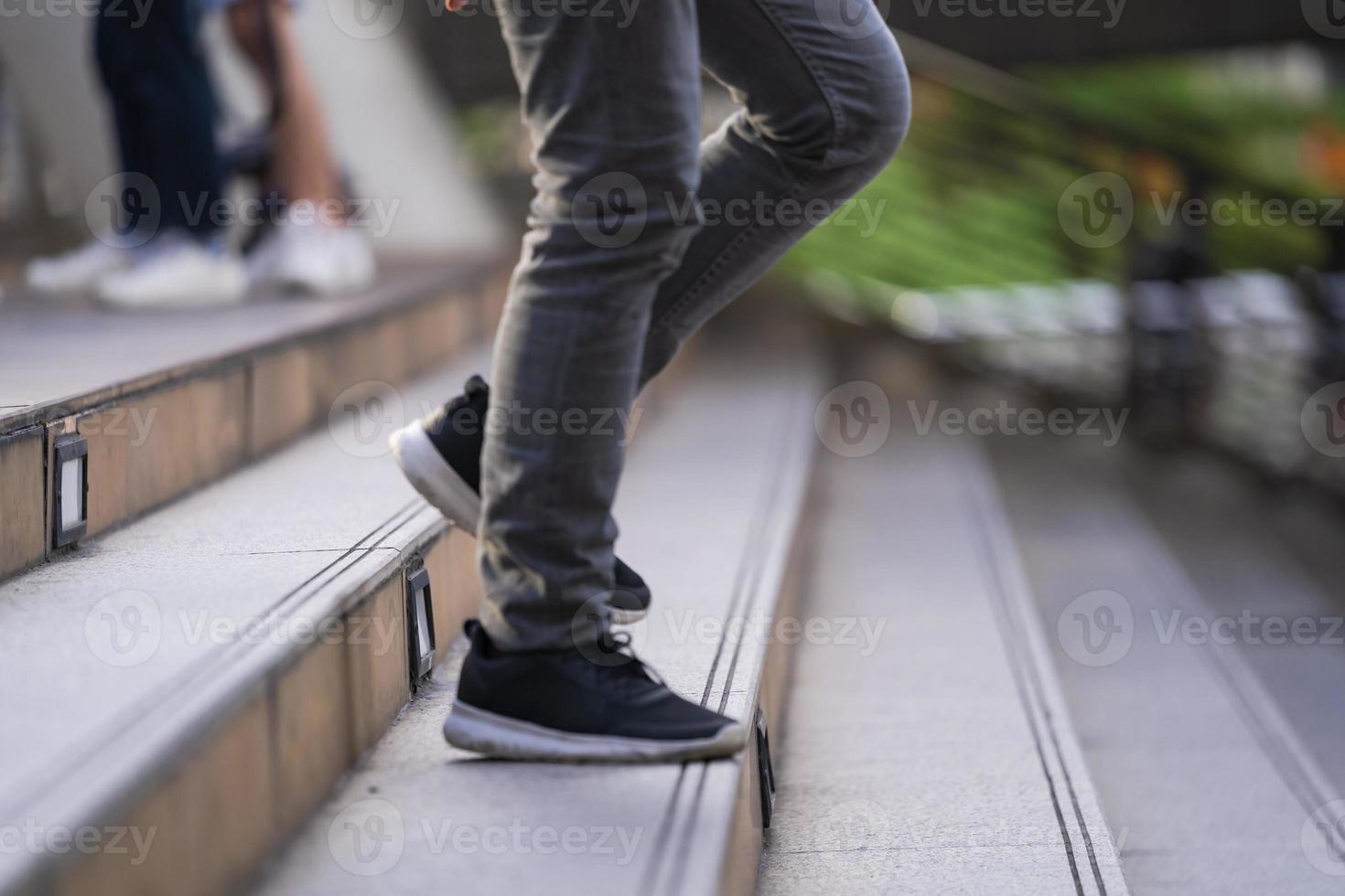 pessoa descendo escadas foto