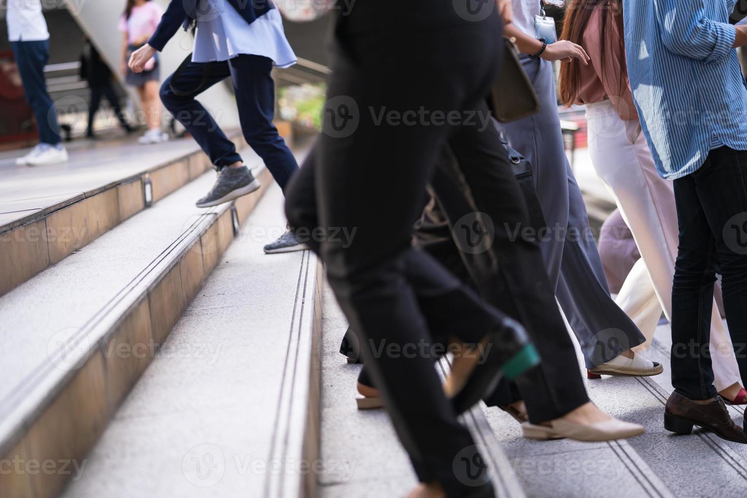 muitas pessoas subindo escadas foto