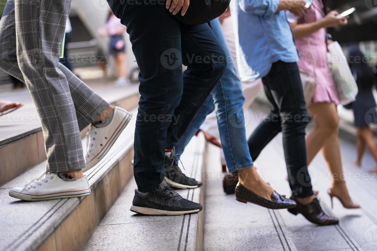 pessoas deslocando-se nas escadas foto