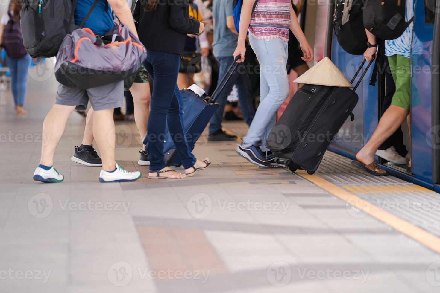 pessoas andando em uma rua da cidade foto