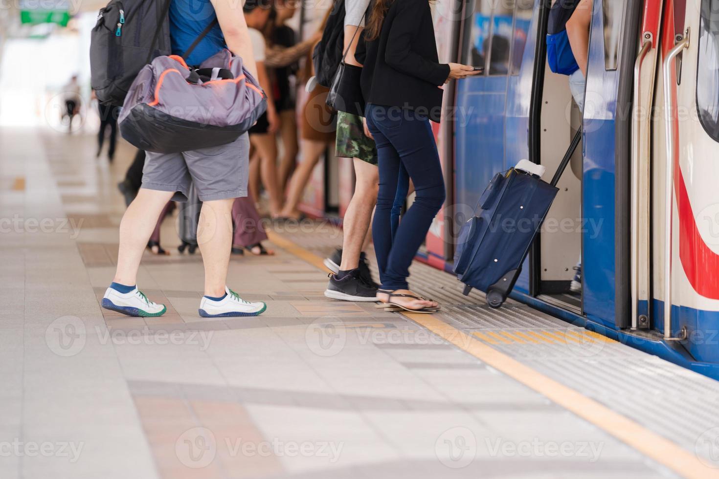pessoas caminhando em um trem foto