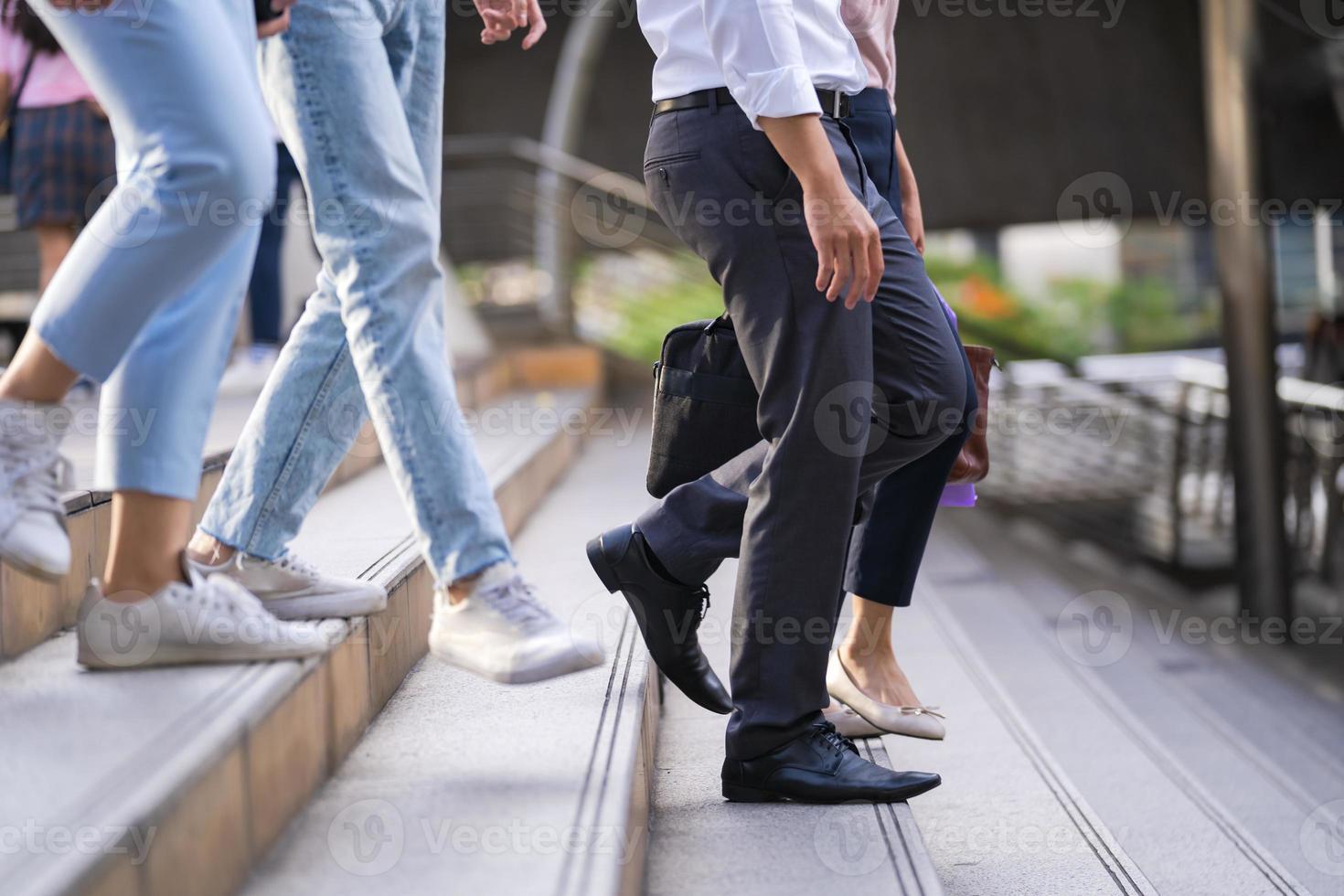 pessoas descendo escadas foto