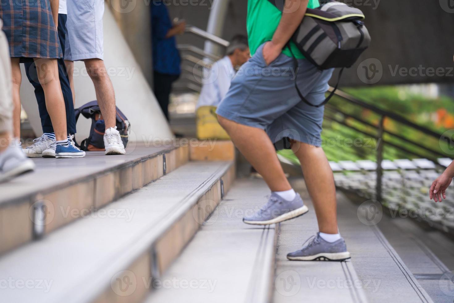 pessoas subindo escadas foto