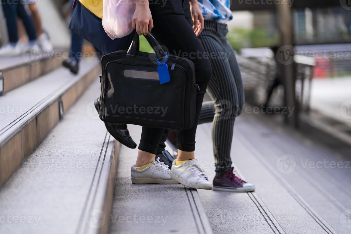 pessoas viajando diariamente em uma cidade foto