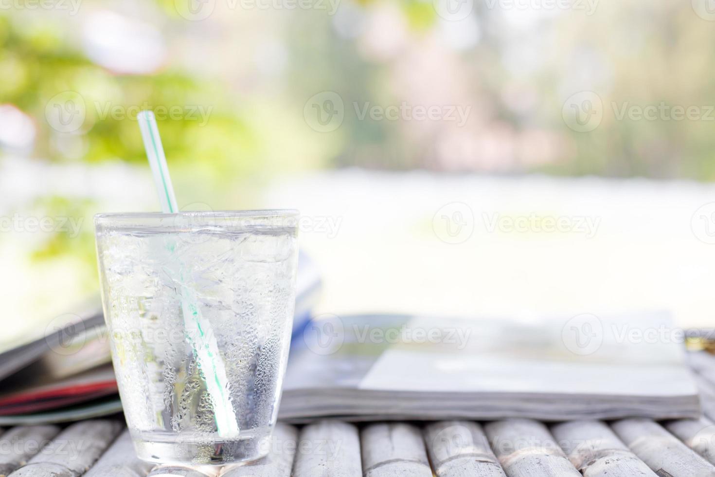 copo de água fria na mesa ao ar livre foto