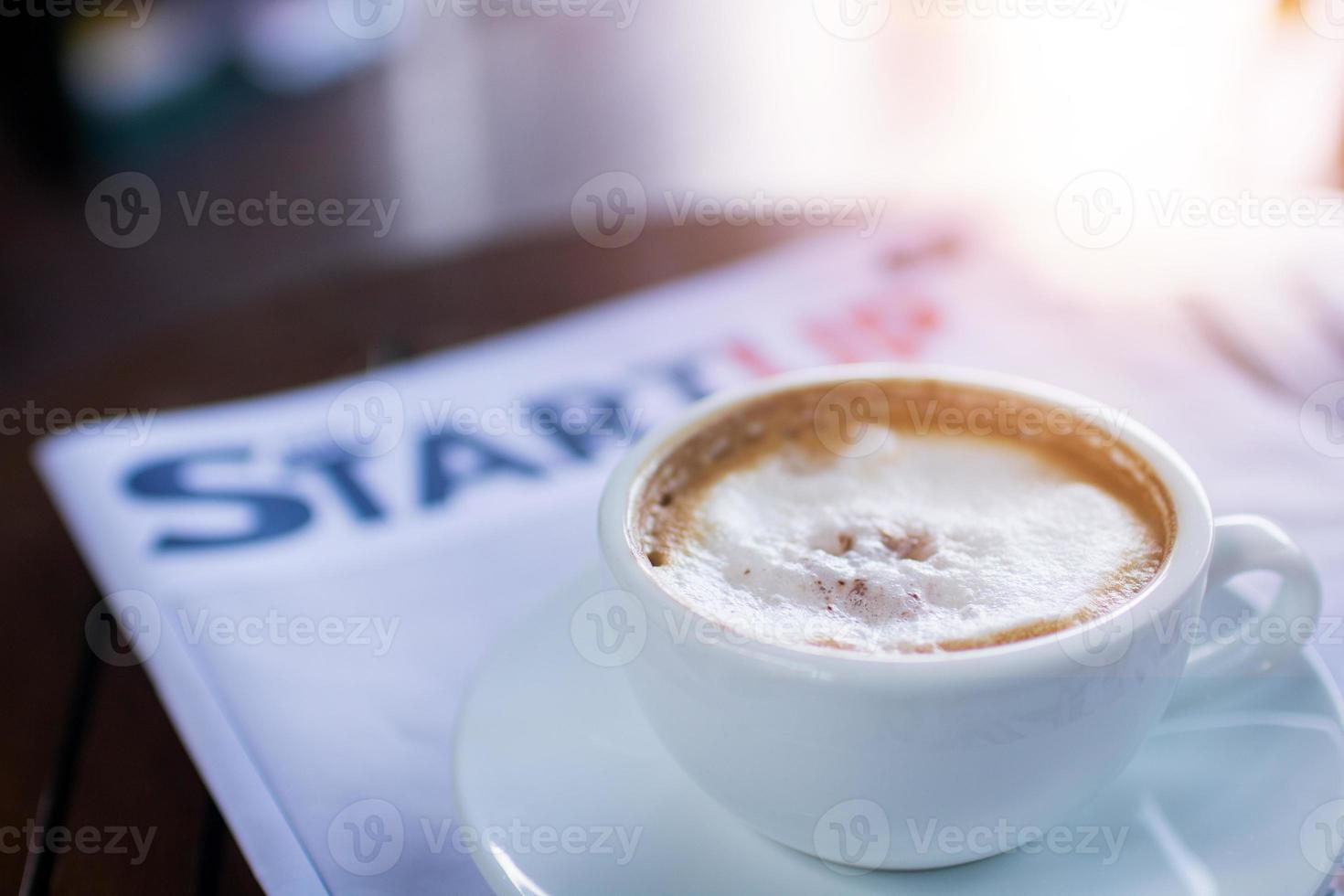 café com revista no café foto
