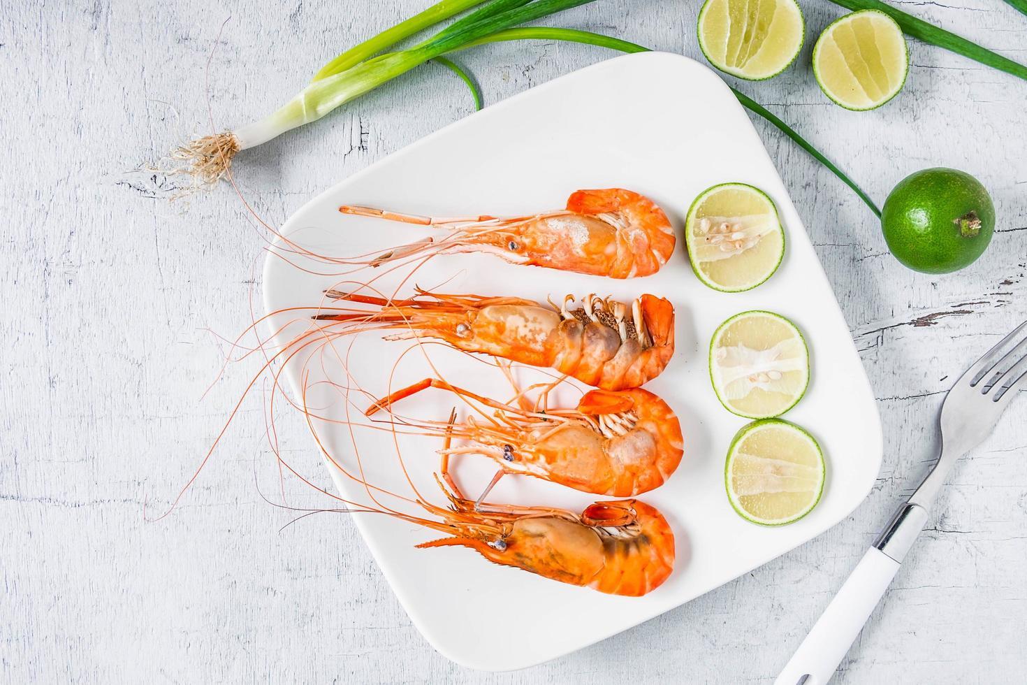 vista de cima de camarão e limão foto