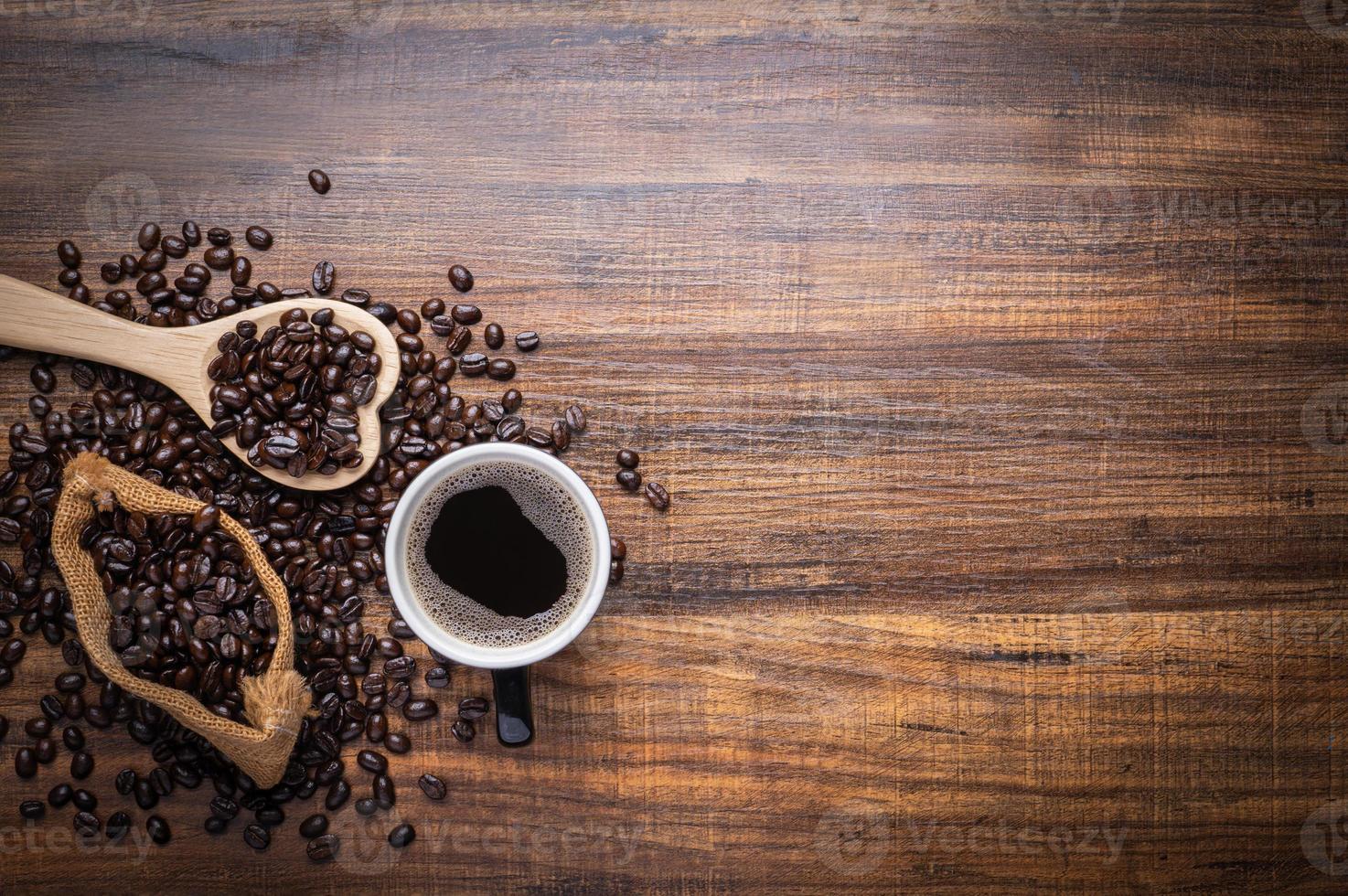 café fresco e grãos de café foto